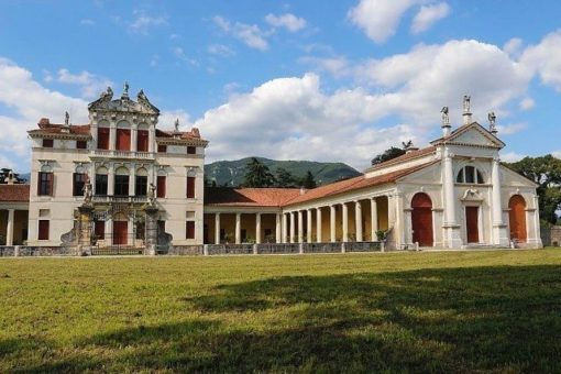 Villa Angarano harmomiously framed by two fine doric porticos, Palladio's works, and a chapel on the right side