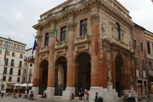 Loggia del Capitaniato by Palladio in the historical center of Vicenza. Walking tour, day tour with professional guide by Sightseeing in Italy