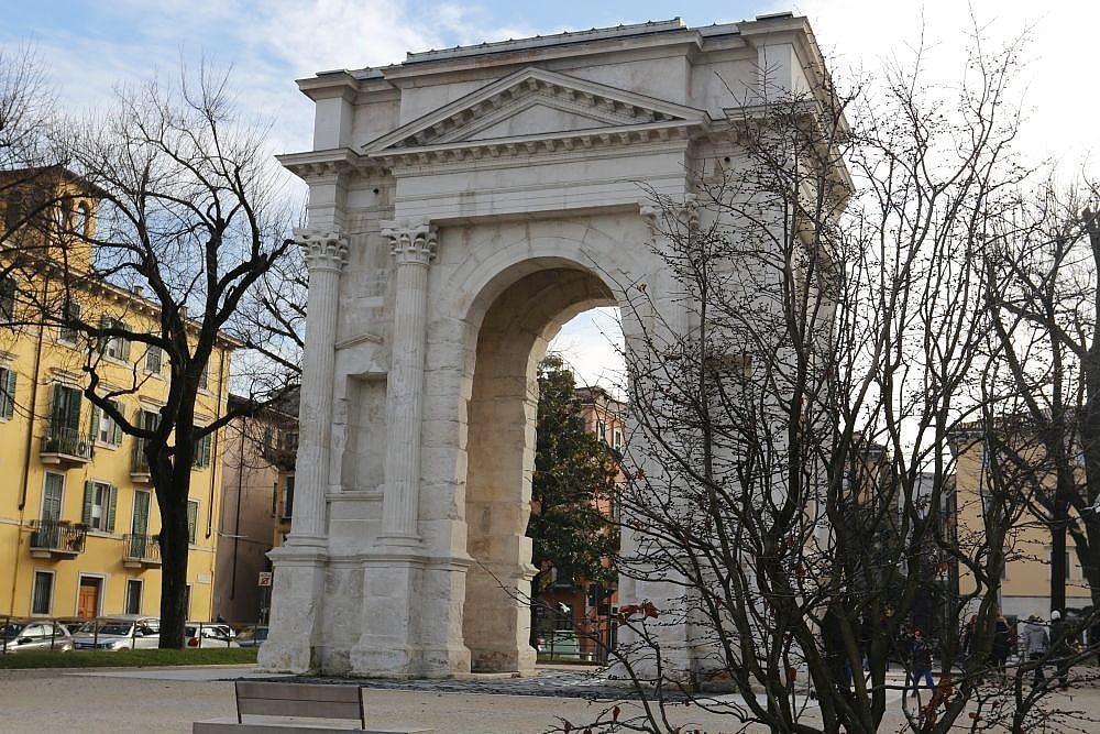 Arc des Gavi Vérone ville d'art visite à pied, lieu fortifié gouverné par les Scaligers seigneurs du Moyen Âge