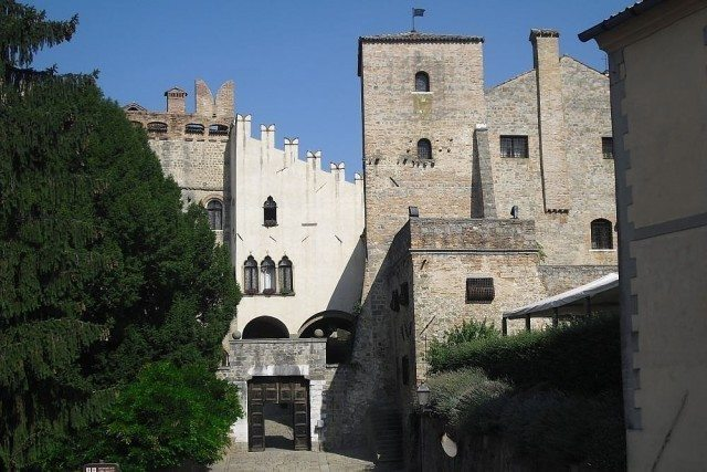 Monselice castle, an important fortified site from the Lombards domination, became a municipality in the Middle Ages under the jurisdiction of Romano d'Ezzelino