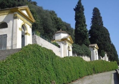 six chapels designed by Vincenzo Scamozzi that accompany the ascent to the area of Villa Duodo.