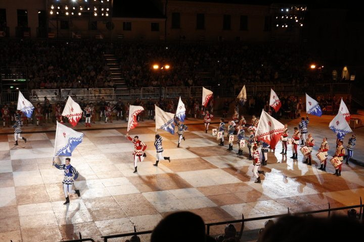 chess-game-marostica-flag-wavers