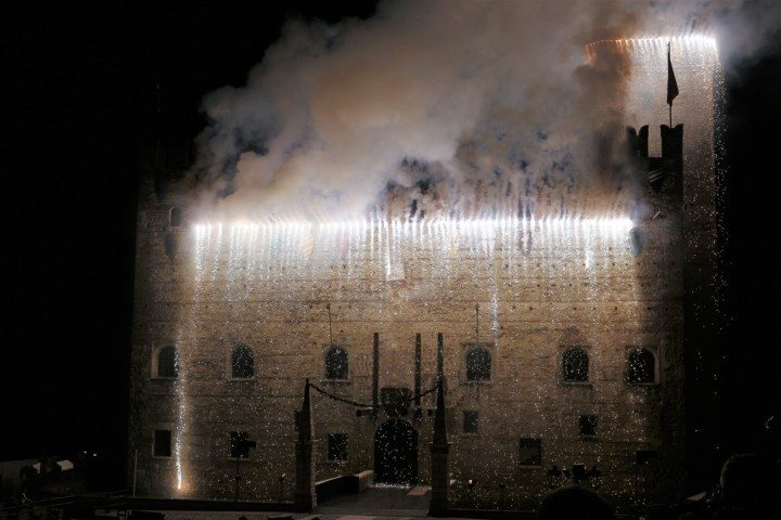 lower-castle-marostica-on-fire-during-the-chess-game-show