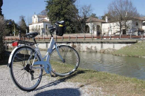 Villa Widmann bicycle excursion Brenta waterway, day tour to visit the venetian villas, villa Pisani and Barchessa valmarana. Sightseeing in Italy