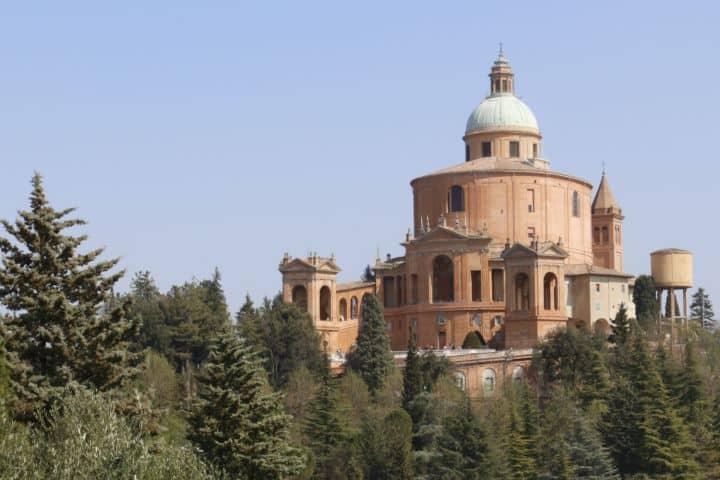 Sanctuaire de sainte Vierge de saint luc à bologne, randonnée d'une journée. Une église reliée au centre-ville par un long portique