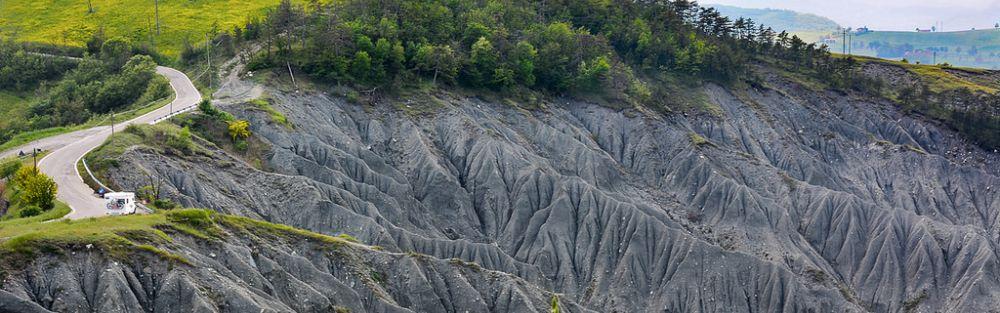 Les calanques, crête des Apennins, Émilie-Romagne, au sud-est ou au sud-ouest, entre 200 et 400 mètres d'altitude, au nord de l'Italie