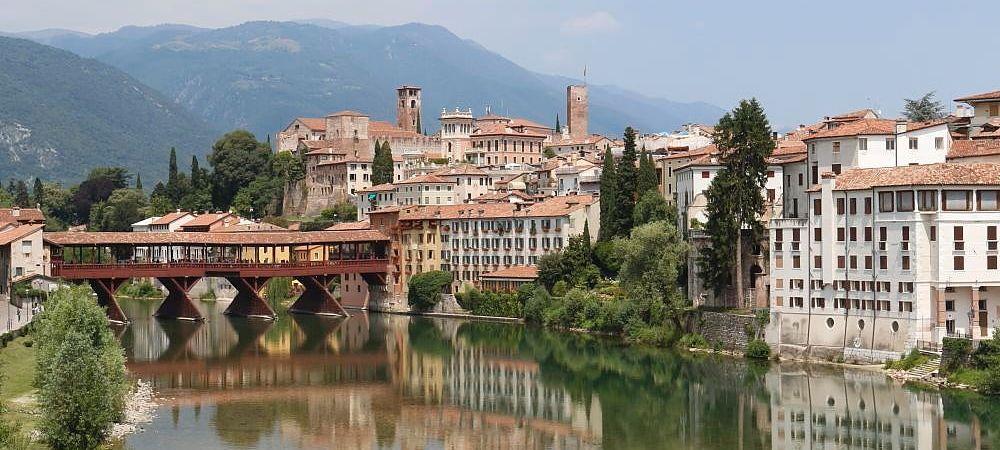 Bassano del Grappa fleuve de la Brenta, au piémont des Préalpes, en Vénétie