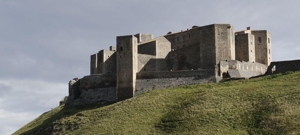 Château médiéval de Melfi, Basilicate, Italie, murailles importantes du sud de l'Italie. les murailles souabe et angevine ont été prolongées par le féodicaire aragonais Caracciolo et renforcées pour les rendre résistantes aux nouvelles armes à feu, comme les bombardes et les mines